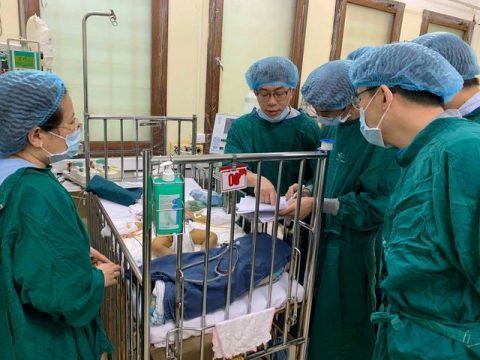 GS Chin – su Liu cùng các y bác sĩ theo dõi các chỉ số của bệnh nhân